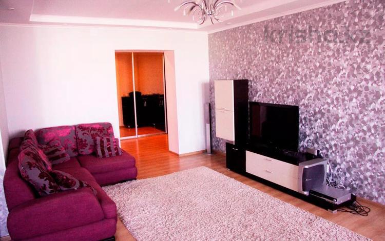 2-комнатная квартира, 90 м², 8/10 этаж посуточно, Проспект Алии Молдагуловой 13 за 10 000 〒 в Актобе, мкр 5