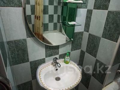 1-комнатная квартира, 75 м², 8/25 этаж посуточно, Мкр 11 112а за 8 500 〒 в Актобе — фото 11