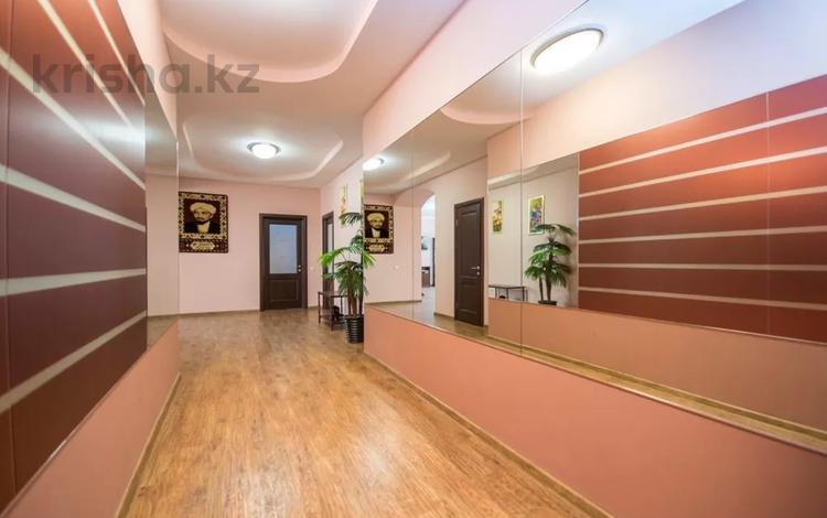 3-комнатная квартира, 160 м², 14/30 этаж посуточно, Аль-фараби 7 — Козубаева за 35 000 〒 в Алматы, Бостандыкский р-н