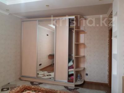 2-комнатная квартира, 80 м², 6/7 этаж помесячно, Жарбосынова 71 за 200 000 〒 в Атырау — фото 3