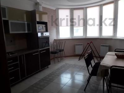 2-комнатная квартира, 80 м², 6/7 этаж помесячно, Жарбосынова 71 за 200 000 〒 в Атырау — фото 7