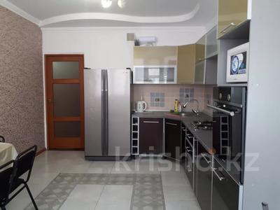 2-комнатная квартира, 80 м², 6/7 этаж помесячно, Жарбосынова 71 за 200 000 〒 в Атырау — фото 8