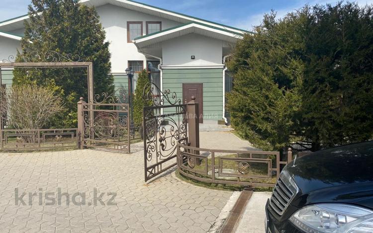 4-комнатный дом помесячно, 250 м², 5 сот., Асета Найманбаева за 600 000 〒 в Алматы, Медеуский р-н