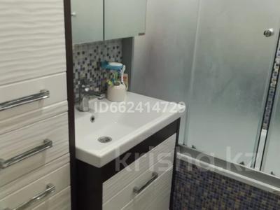 3-комнатная квартира, 80 м², 4/5 этаж помесячно, Аманжолова 49/1 за 140 000 〒 в Уральске — фото 9