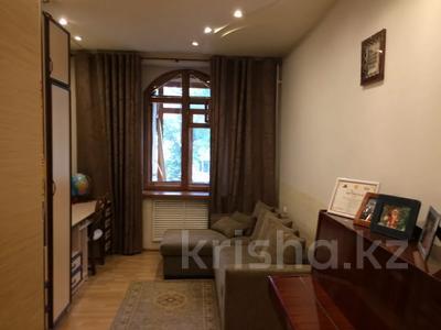 3-комнатная квартира, 76 м², 2/4 этаж, Бульвар Мира 11 — Ерубаев за 30 млн 〒 в Караганде, Казыбек би р-н — фото 2