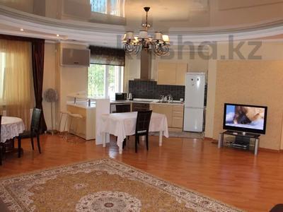 2-комнатная квартира, 95 м², 4/18 этаж посуточно, Шевченко 154 — Муканова за 13 000 〒 в Алматы, Алмалинский р-н