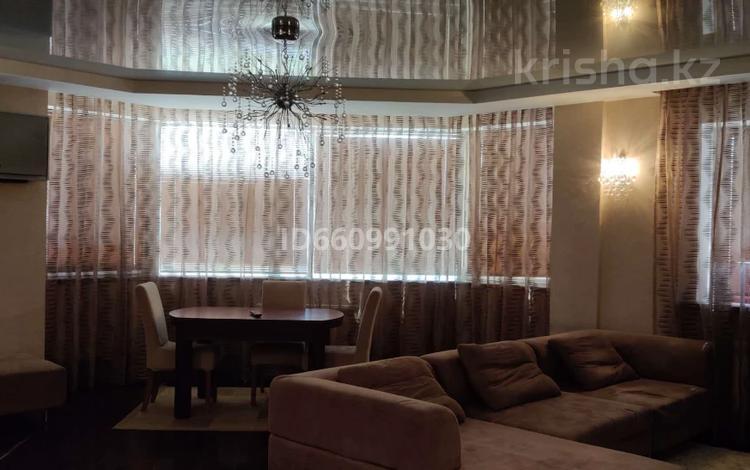 3-комнатная квартира, 122 м², 7/9 этаж помесячно, Сары Арка 40 за 250 000 〒 в Атырау