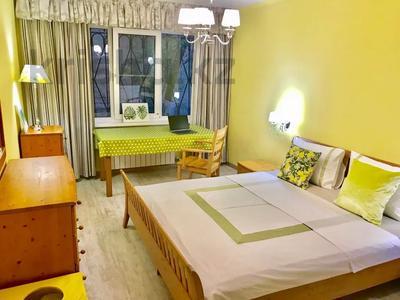 3-комнатная квартира, 75 м², 1/5 этаж посуточно, Валиханова — Жибек Жолы за 13 000 〒 в Алматы