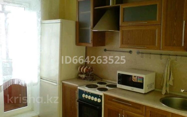 1-комнатная квартира, 57 м², 3/9 этаж посуточно, Сауран 1 — Достык за 5 000 〒 в Нур-Султане (Астане), Есильский р-н