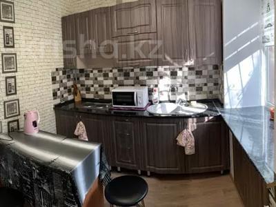 1-комнатная квартира, 30 м², 1/5 этаж посуточно, Пичугина — Абдирова за 6 000 〒 в Караганде, Казыбек би р-н — фото 2