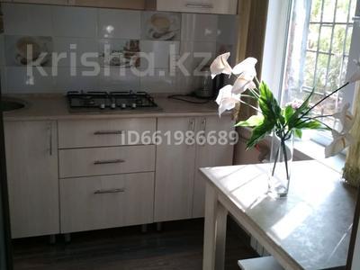 1-комнатная квартира, 32 м², 1/3 этаж посуточно, улица Бауыржана Момышулы 7а — Тауке Хана за 8 000 〒 в Шымкенте