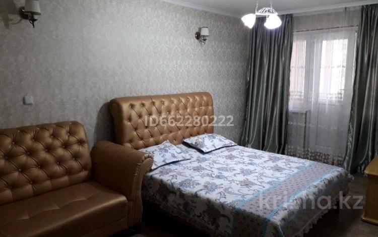 1-комнатная квартира, 36 м², 2/5 этаж посуточно, проспект Республики 12 — Айбергенова за 7 000 〒 в Шымкенте
