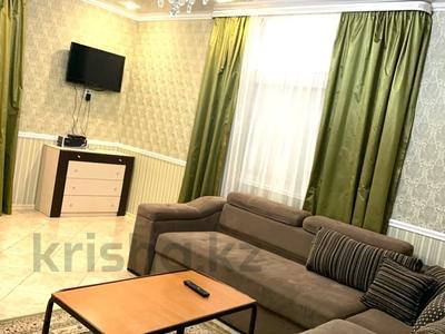 3-комнатная квартира, 100 м², 1/4 этаж посуточно, Победы 105 — Исаева за 23 000 〒 в Уральске