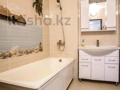 2-комнатная квартира, 76 м², 1/6 этаж посуточно, Сатпаева 50 Б за 13 990 〒 в Атырау