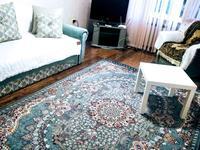2-комнатная квартира, 68 м², 3/5 этаж посуточно, Строитель 36 — Сырым Датова за 9 000 〒 в Уральске