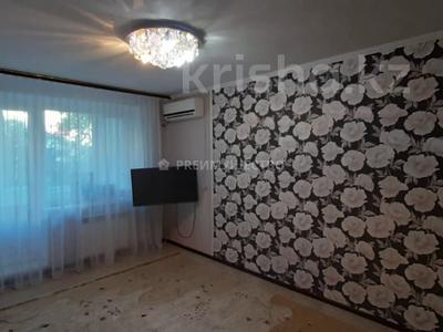 2-комнатная квартира, 50 м², 2/5 этаж, мкр. 4, Мкр. 4 18 за 13.5 млн 〒 в Уральске, мкр. 4