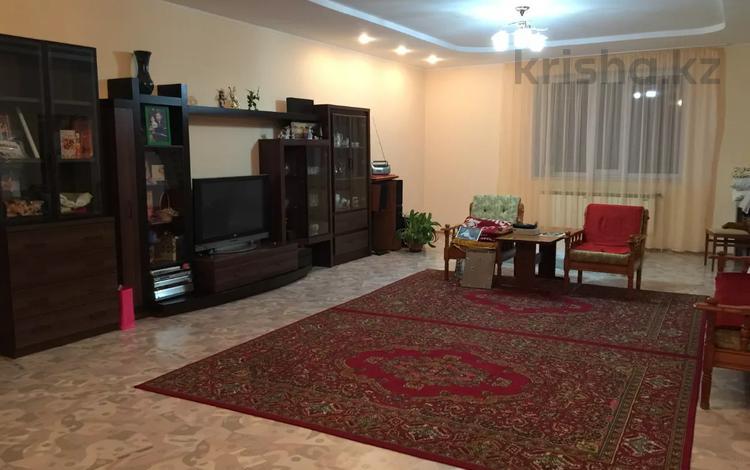 4-комнатный дом, 230 м², 9 сот., Рахимбекова за 40.5 млн 〒 в Караганде, Казыбек би р-н