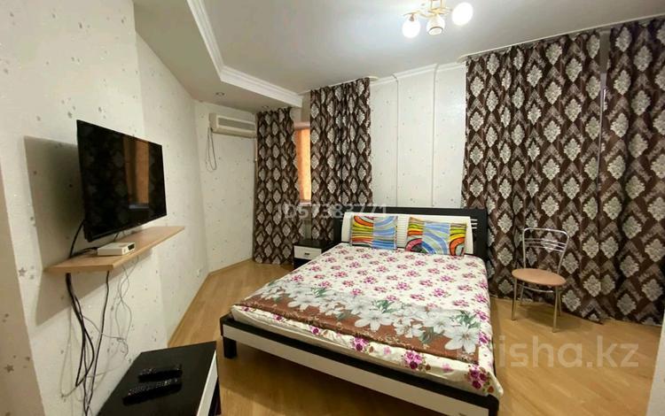 1-комнатная квартира, 52 м², 7/9 этаж посуточно, Сары Арка 40 за 10 000 〒 в Атырау