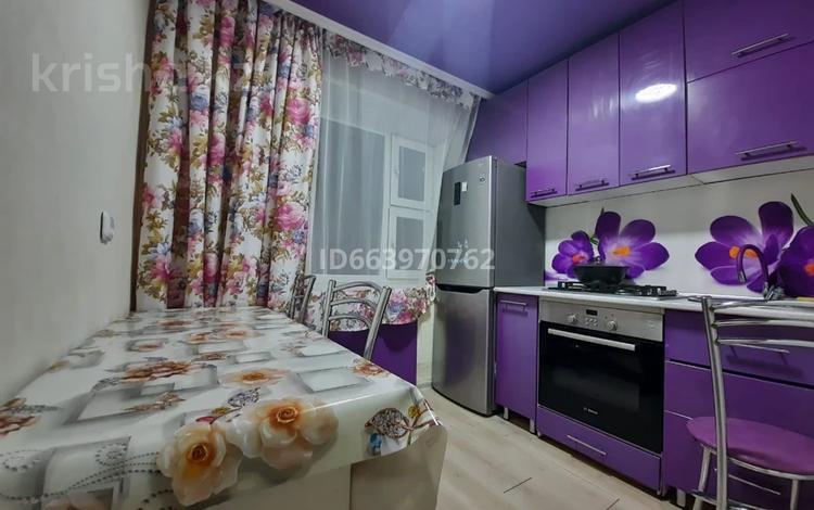 2-комнатная квартира, 69 м², 5/5 этаж по часам, 6 микрорайон 5 за 1 000 〒 в Караганде, Казыбек би р-н