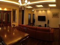 5-комнатная квартира, 200 м², 4/5 этаж помесячно