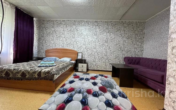 1-комнатная квартира, 38 м², 1/5 этаж посуточно, Бурова — Кабанбай батыра за 6 500 〒 в Усть-Каменогорске