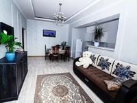 2-комнатная квартира, 60 м², 3/12 этаж посуточно, мкр 5, Молдагуловой 3 за 8 500 〒 в Актобе, мкр 5