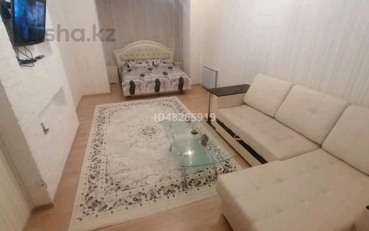 1-комнатная квартира, 54 м², 3/5 этаж посуточно, проспект Тауелсиздик 4 за 8 000 〒 в Актобе