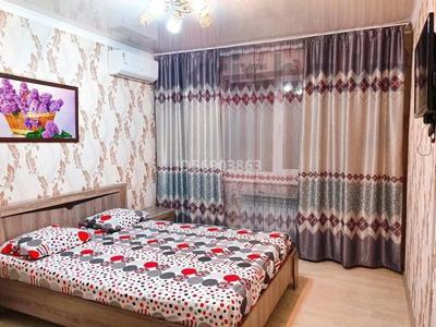 1-комнатная квартира, 50 м², 1/3 этаж посуточно, Евразия 110/2 за 6 000 〒 в Уральске