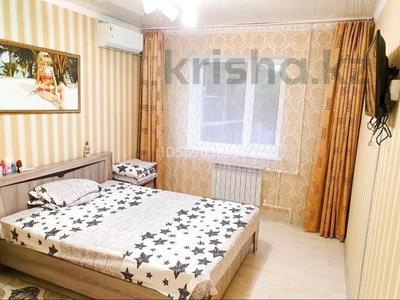 1-комнатная квартира, 50 м², 1/3 этаж посуточно, Евразия 110/2 за 6 000 〒 в Уральске — фото 2