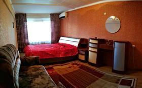 1-комнатная квартира, 32 м², 1/5 этаж посуточно, Азаттык 99а — Атамбаева за 7 000 〒 в Атырау