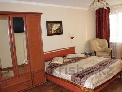 1-комнатная квартира, 32 м², 2/5 этаж посуточно, Азаттык 99а за 7 000 〒 в Атырау — фото 2