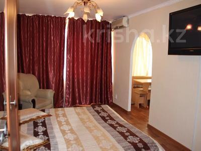 1-комнатная квартира, 32 м², 2/5 этаж посуточно, Азаттык 99а за 7 000 〒 в Атырау — фото 3