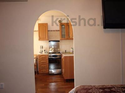 1-комнатная квартира, 32 м², 2/5 этаж посуточно, Азаттык 99а за 7 000 〒 в Атырау — фото 4
