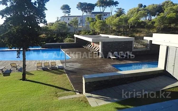 4-комнатный дом, 250 м², Carrer de Josep Ferrater i Mora 1 за 400 млн 〒 в Барселоне