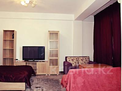 1-комнатная квартира, 42 м², 9/10 этаж посуточно, Казыбек би 125 — Досмухамедова за 8 000 〒 в Алматы
