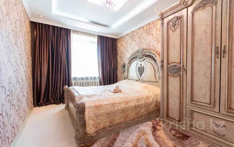 3-комнатная квартира, 70 м², 7/12 этаж посуточно, мкр Самал-2, Мендикулова 50 за 19 500 〒 в Алматы, Медеуский р-н