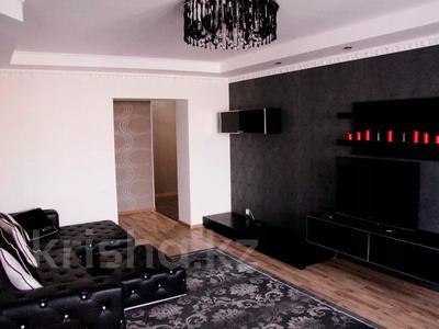 2-комнатная квартира, 90 м², 7/9 этаж посуточно, мкр 5, проспект Алии Молдагуловой 13 Б за 10 000 〒 в Актобе, мкр 5