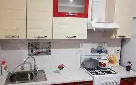 1-комнатная квартира, 42 м², 9/9 этаж посуточно, 5-й микрорайон 80 — Проспект Алии Молдагуловой, Есет батыра. за 6 000 〒 в Актобе, мкр 5