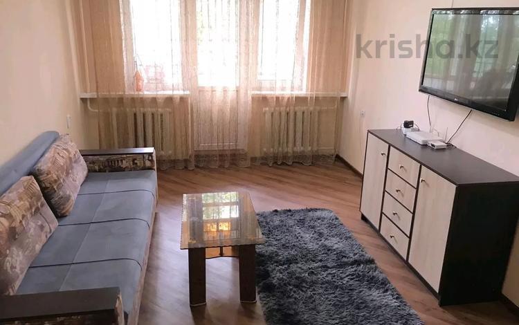 3-комнатная квартира, 42 м², 2/4 этаж посуточно, мкр Самал-2, Достык 87 за 10 000 〒 в Алматы, Медеуский р-н