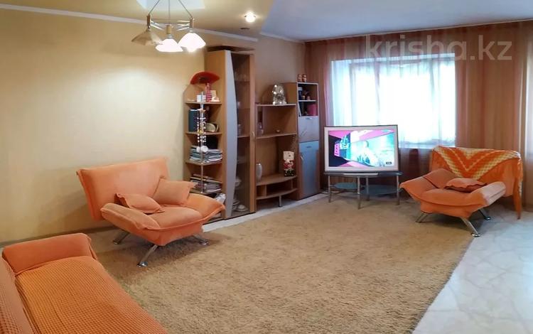 2-комнатная квартира, 100 м², 5/5 этаж, Нуркена Абдирова 51 за 18 млн 〒 в Караганде, Казыбек би р-н