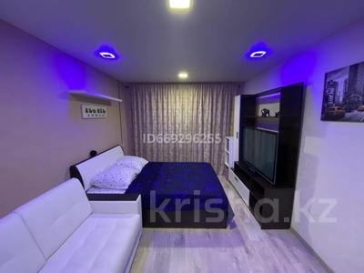 1-комнатная квартира, 33 м², 2/5 этаж посуточно, Абдирова 6 — Бухар жырау за 9 000 〒 в Караганде, Казыбек би р-н