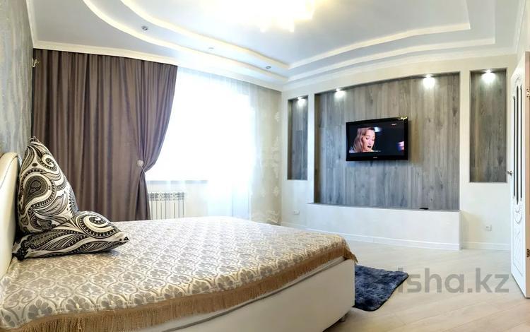 1-комнатная квартира, 54 м², 3/5 этаж посуточно, Кадыра Мырза Али 177/1 — Район Центральная площадь за 15 000 〒 в Уральске