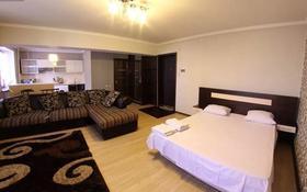 1-комнатная квартира, 50 м², 4/9 этаж посуточно, Сыганак 10 — Сауран за 7 000 〒 в Нур-Султане (Астана), Есиль р-н