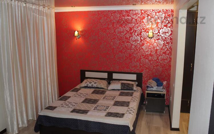 1-комнатная квартира, 36 м² по часам, Бухар Жырау 54 — Абдирова за 800 〒 в Караганде, Казыбек би р-н