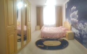 3-комнатная квартира, 74 м², 1/5 этаж помесячно, проспект Алии Молдагуловой за 140 000 〒 в Актобе, мкр. Батыс-2