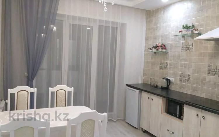 2-комнатная квартира, 67 м², 4/5 этаж посуточно, Степной 2 14/1 — Республики за 10 000 〒 в Караганде, Казыбек би р-н