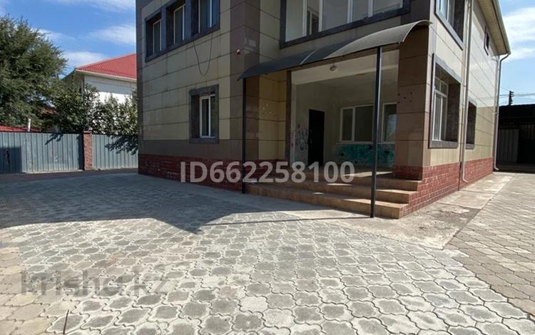 8-комнатный дом помесячно, 295 м², мкр Мамыр-4 117/1 за 850 000 〒 в Алматы, Ауэзовский р-н