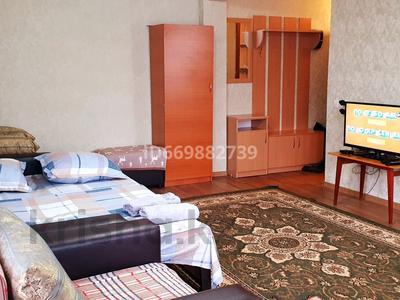 1-комнатная квартира, 34 м², 2 этаж посуточно, улица Казахстан 124 за 6 500 〒 в Усть-Каменогорске