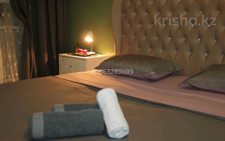 2-комнатная квартира, 64 м², 2/5 этаж посуточно, Тауелсиздик 5 за 13 000 〒 в Актобе, мкр. Батыс-2