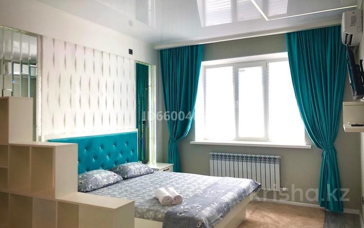1-комнатная квартира, 48 м², 6/10 этаж посуточно, мкр Нурсая 15 за 15 000 〒 в Атырау, мкр Нурсая